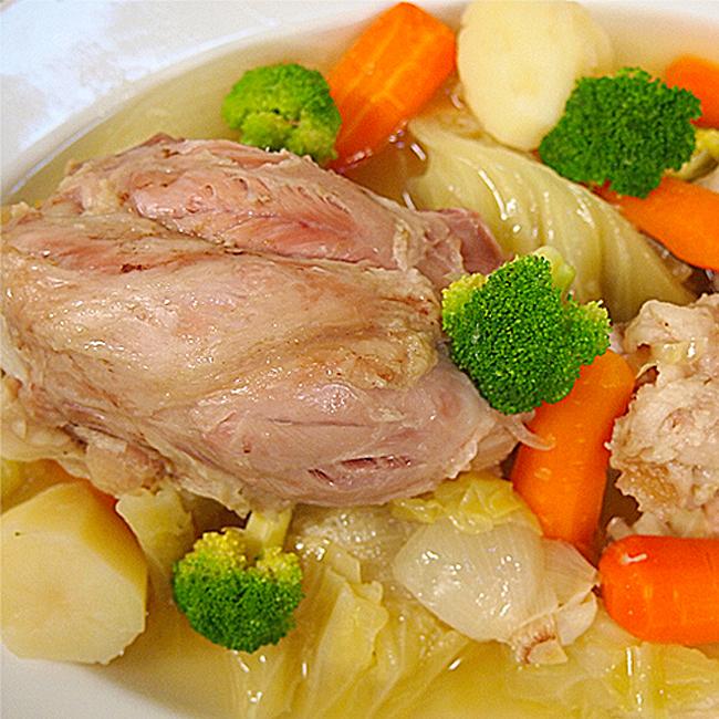 ポトフ(シュークルート)1.お好みに腸詰・ベーコンカットしてお鍋に入れます。2.ひたひたになるまで水を張り、お野菜が柔らかくなるまで煮込みます。味付けはお好みで。